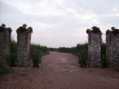 De palen staan er klaar voor, laat de poort maar komen!