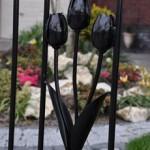 Detail van de gesmede tulpen die in het hek zijn verwerkt.