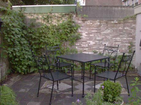 Vierkante tuintafel met stoelen.